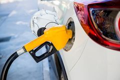 Ξαναγέμισμα και καύσιμα αερίου ελαίου πλήρωσης στο σταθμό Βενζινάδικο - που ανεφοδιάζει σε καύσιμα Για να γεμίσουν τη μηχανή με τ Στοκ Εικόνες