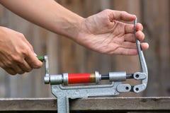 Ξαναφόρτωμα της κασέτας από το κοχύλι κυνηγετικών όπλων reloader στοκ εικόνες