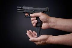 Ξαναφόρτωμα του πυροβόλου όπλου στοκ φωτογραφίες με δικαίωμα ελεύθερης χρήσης