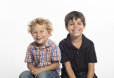 Ξανθά και καφετιά μαλλιαρά αγόρια που κάθονται δίπλα-δίπλα στοκ εικόνες με δικαίωμα ελεύθερης χρήσης
