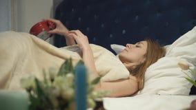 Ξανθά κλεισίματα ξημερωμάτων το συναγερμό και τον ύπνο επάνω απόθεμα βίντεο