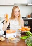 Ξανθά μαγειρεύοντας λαχανικά μακρυμάδών νοικοκυρών Στοκ φωτογραφίες με δικαίωμα ελεύθερης χρήσης