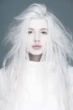 Ξανθά προκλητικά φυσικά χείλια γυναικών μόδας που τίθενται επάνω Στοκ Εικόνα
