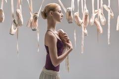 Ξανθά ballerina και pointe παπούτσια Στοκ Εικόνες