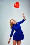 Ξανθά ballons εκμετάλλευσης γυναικών Στοκ φωτογραφίες με δικαίωμα ελεύθερης χρήσης