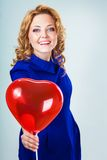Ξανθά ballons εκμετάλλευσης γυναικών Στοκ εικόνα με δικαίωμα ελεύθερης χρήσης