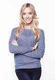 Ξανθές γυναίκες που φορούν το περιστασιακά πουλόβερ και το τζιν παντελόνι Στοκ Φωτογραφία