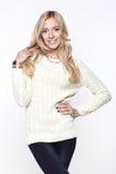 Ξανθές γυναίκες που φορούν το περιστασιακά πουλόβερ και το τζιν παντελόνι Στοκ Φωτογραφίες