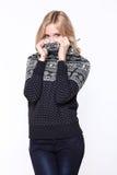 Ξανθές γυναίκες που φορούν το περιστασιακά πουλόβερ και το τζιν παντελόνι Στοκ φωτογραφίες με δικαίωμα ελεύθερης χρήσης