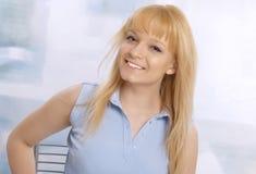 ξανθές νεολαίες γυναικών πορτρέτου κινηματογραφήσεων σε πρώτο πλάνο ευτυχείς Στοκ Εικόνες