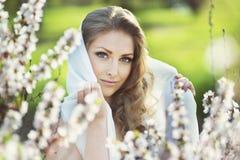 ξανθές νεολαίες γυναικών πορτρέτου ρομαντικές Στοκ Εικόνες