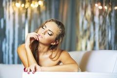 ξανθές νεολαίες γυναικών πορτρέτου ρομαντικές Στοκ Εικόνα