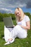 ξανθές νεολαίες γυναικών πορτρέτου lap-top Στοκ Φωτογραφία