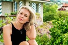 ξανθές νεολαίες γυναικών πορτρέτου Στοκ φωτογραφία με δικαίωμα ελεύθερης χρήσης
