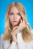 ξανθές νεολαίες γυναικώ& όμορφο κορίτσι Στοκ Εικόνες