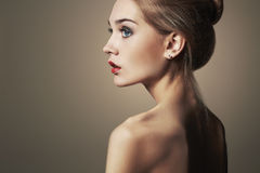 ξανθές νεολαίες γυναικώ& όμορφο ξανθό κορίτσι πορτρέτο μόδας κινηματογραφήσεων σε πρώτο πλάνο Στοκ Εικόνες