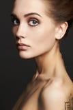 ξανθές νεολαίες γυναικώ& όμορφο ξανθό κορίτσι πορτρέτο μόδας κινηματογραφήσεων σε πρώτο πλάνο στοκ φωτογραφίες