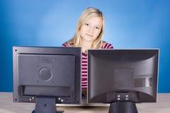 ξανθές οθόνες υπολογιστών s δύο νεολαίες γυναικών στοκ φωτογραφία με δικαίωμα ελεύθερης χρήσης