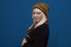 ξανθές χειμερινές νεολαίες ενδυμάτων Στοκ Φωτογραφίες
