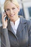 Ξανθή γυναίκα επιχειρηματιών που μιλά στο τηλέφωνο κυττάρων Στοκ Εικόνα