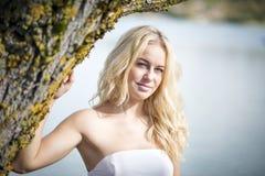 Ξανθή γυναίκα κάτω από το δέντρο Στοκ εικόνα με δικαίωμα ελεύθερης χρήσης