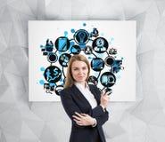 Ξανθή γυναίκα και στρογγυλά επιχειρησιακά εικονίδια στην αφίσα Στοκ εικόνα με δικαίωμα ελεύθερης χρήσης
