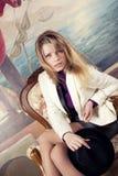 ξανθή γυναίκα καπέλων χερ&iota Στοκ εικόνες με δικαίωμα ελεύθερης χρήσης