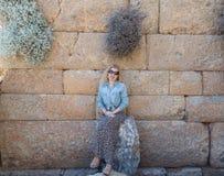 Ξανθή γυναίκα μέσα στις καταστροφές των knidos Στοκ φωτογραφία με δικαίωμα ελεύθερης χρήσης