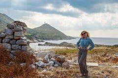 Ξανθή γυναίκα μέσα στις καταστροφές των knidos Στοκ Φωτογραφίες