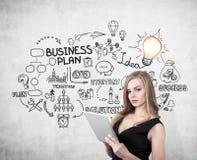 Ξανθή γυναίκα με ένα σχίσιμο, καλό επιχειρηματικό σχέδιο Στοκ εικόνες με δικαίωμα ελεύθερης χρήσης