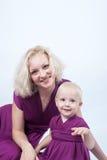 Ξανθή γυναίκα με μια μικρή κόρη στο ταίριασμα των φορεμάτων Στοκ εικόνα με δικαίωμα ελεύθερης χρήσης