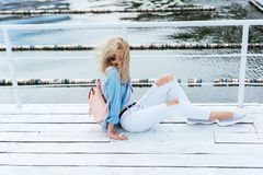Ξανθή γυναίκα με μια τσάντα Στοκ Εικόνες