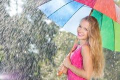 Ξανθή γυναίκα με την ομπρέλα ουράνιων τόξων Στοκ Εικόνες