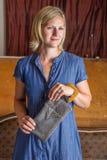 Ξανθή γυναίκα με τον γκρίζο συμπλέκτη δέρματος Στοκ Φωτογραφία