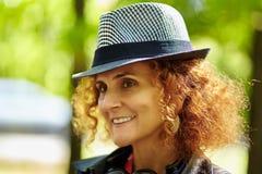 Ξανθή γυναίκα με το καπέλο υπαίθριο Στοκ φωτογραφία με δικαίωμα ελεύθερης χρήσης