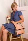 Ξανθή γυναίκα με το ρόδινο πορτοφόλι Στοκ εικόνα με δικαίωμα ελεύθερης χρήσης