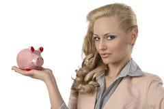 Ξανθή γυναίκα με το piggybank Στοκ φωτογραφία με δικαίωμα ελεύθερης χρήσης