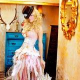 Ξανθή γυναίκα μόδας στην εκλεκτής ποιότητας ομπρέλα Στοκ Εικόνες