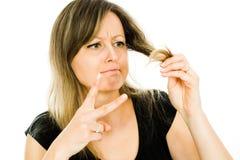 Ξανθή γυναίκα - νοικοκυρά - που έχει το πρόβλημα με τις μακριές ευθείες τρίχες - περικοπή τρίχας που απαιτείται στοκ φωτογραφίες με δικαίωμα ελεύθερης χρήσης