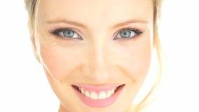 Ξανθή γυναίκα ομορφιάς σχετικά με το πρόσωπό της απόθεμα βίντεο
