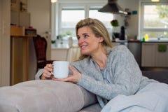 Ξανθή γυναίκα που ακούει τη μουσική Στοκ Εικόνες