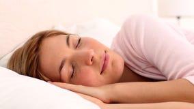 Ξανθή γυναίκα που απολαμβάνει τον ύπνο της απόθεμα βίντεο