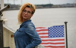 Ξανθή γυναίκα που εγκαθιστά κοντά στον ποταμό Στοκ φωτογραφία με δικαίωμα ελεύθερης χρήσης