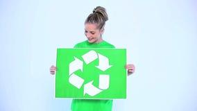 Ξανθή γυναίκα που κρατά ένα έμβλημα για το περιβάλλον απόθεμα βίντεο