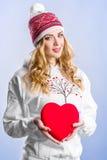 Ξανθή γυναίκα που κρατά μια κόκκινη καρδιά βαλεντίνος ημέρας s Στοκ Εικόνες