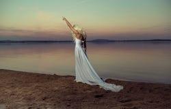 Ξανθή γυναίκα που περπατά στην παραλία στοκ εικόνα