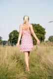 Ξανθή γυναίκα που περπατά στη φύση στοκ εικόνα