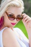 Ξανθή γυναίκα που φορά τα γυαλιά ηλίου έξω Στοκ Φωτογραφία