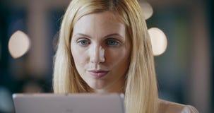 Ξανθή γυναίκα που χρησιμοποιεί το πορτρέτο ταμπλετών Εταιρική συνεδρίαση των γραφείων εργασίας επιχειρησιακών ομάδων Καυκάσιοι επ απόθεμα βίντεο