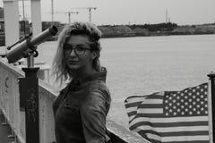 Ξανθή γυναίκα που ψάχνει την ευκαιρία Στοκ Φωτογραφίες